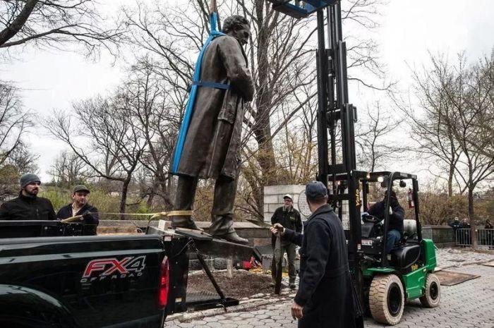 纽约市公园部门正从中央公园中移除J·马里昂·西姆斯医生的雕像. 摄影:Marcus Santos / New York Daily News.