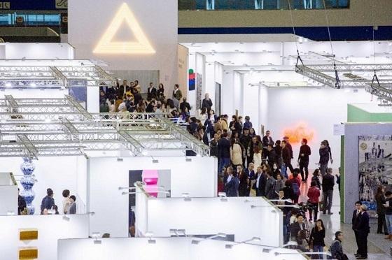 台北当代艺术博览会参展画廊与观展者,现场图:刘致宏,《三角洲》,2018 年,霓虹灯,铁制结构,变压器,350 x 350 x50 厘米。图片由台北当代提供。