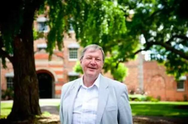托尼·本内特/Tony Bennett,英国学者,曾于1983-1998年担任澳大利亚格里菲斯大学人文学院院长、澳大利亚文化与媒介政策研究中心主任