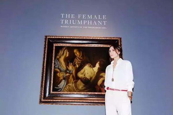 """在纽约苏富比的拍卖""""女性的凯旋""""中,维多利亚·贝克汉姆站在阿特米谢·简特内斯基的作品《由Irene照料的圣塞巴斯蒂安》前。图片:courtesy of Tom Newton"""