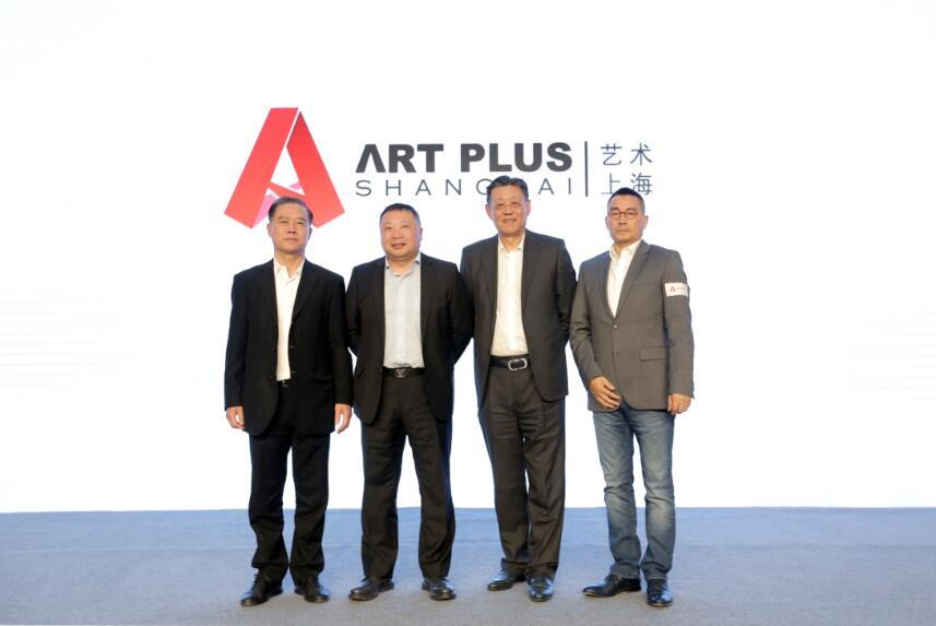 ( 由左至右:上海自贸试验区国际艺术品交易中心公司艺术顾问何百明先生;