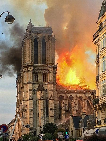 法国文化部长:巴黎圣母院艺术品将被转移到卢浮宫博物馆