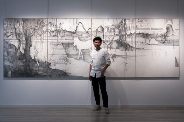 """艺术家林国成在展览""""林国成:雪月苍""""现场,杜梦堂(上海),2019年"""