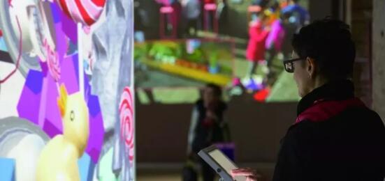 观众与艺术家费俊的作品《有趣的世界》进行互动 摄影:艺术家供图