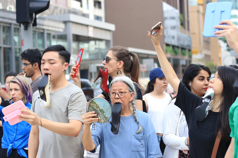 """""""2018携行""""(Let's Walk,2018)是艺术家王良吟(Amanda Heng)于2018新加坡M1艺穗节呈献的公众参与表演,图片由艺术家提供。"""