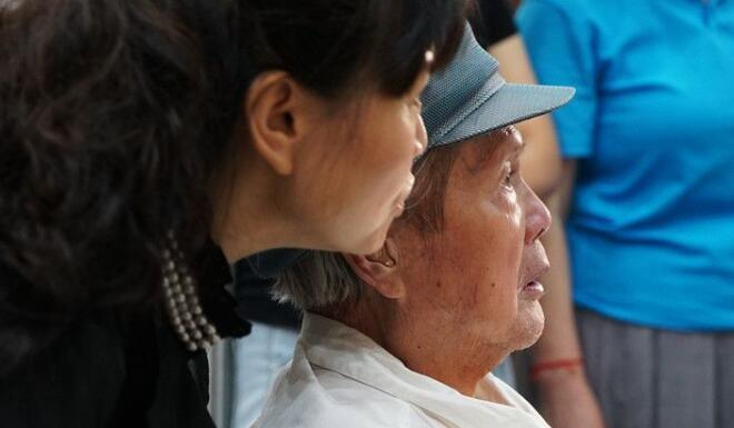 2019年6月15日张小琴教授陪同刘文西老院长参观西安美术学院《时空留痕》本科毕业展,老院长看的很仔细,一幅都不愿错过 摄影:苟秉宸