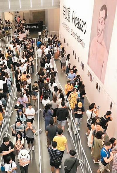 """""""毕加索——一位天才的诞生""""展日前在798尤伦斯当代艺术中心开幕,这是国内迄今为止最重要的毕加索作品展,吸引了许多观众前来参观"""