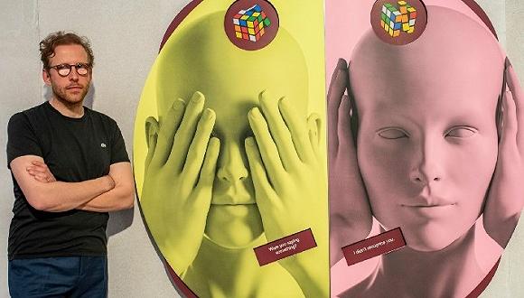 约翰·哥尼希与凯瑟琳·安德鲁斯的作品。哥尼希在12岁时双目失明,21岁时开设了自己的画廊。图片来源:Theresa Kottas-Heldenberg/Dpa/Alamy