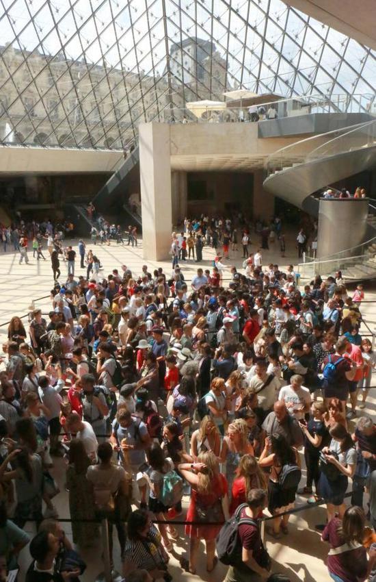 卢浮宫《蒙娜丽莎》搬家 排队一两小时看30秒