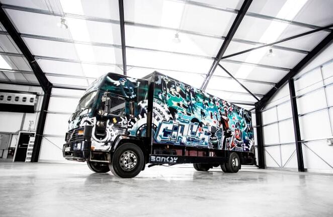 卡車車體全涂漆 涂鴉大師班克斯最大作品將拍賣