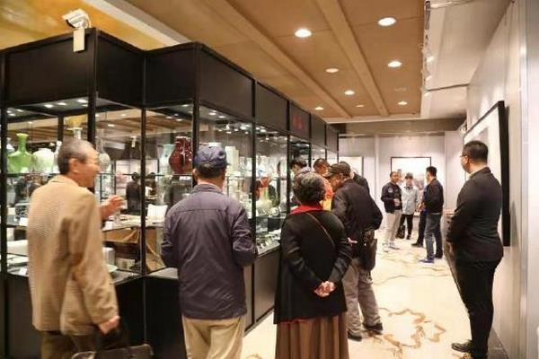 关东华书法作品《厚德载物》以220万人民币落槌北京翰海100期拍卖