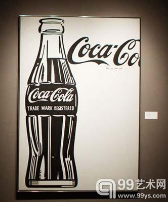 图为波普艺术大师安迪-沃霍尔(andy warhol)的可口可乐瓶子