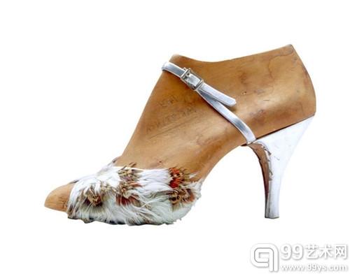 Ferragamo先生与他1938年为朱迪-嘉兰(Judy Garland)设计的彩虹楔跟凉鞋