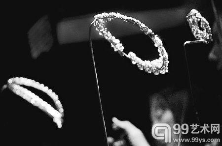 昨天上午,国博面向公众展出珠宝等奢侈品。