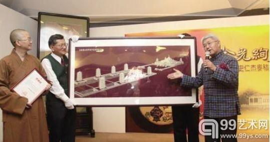 图为史仁杰向台湾佛光山寺佛光缘美术总馆赠送《佛陀纪念馆》麦秸画。