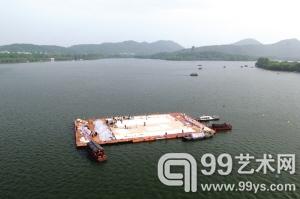 航拍蔡国强 西湖平台作画今日完成