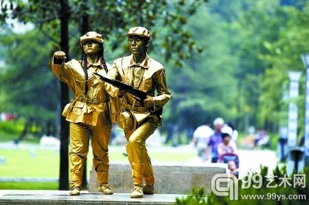 两位行为艺术爱好者打扮成红军在街头表演。