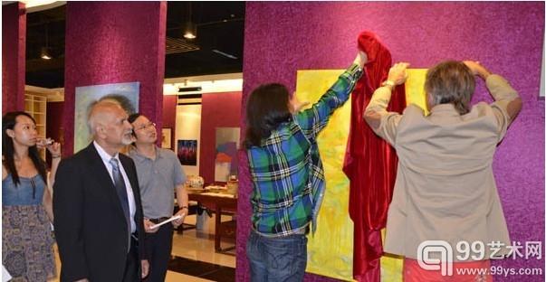 中国书法家协会理事周祥林与挪威艺术家埃林•瑞坦为艺术展揭彩
