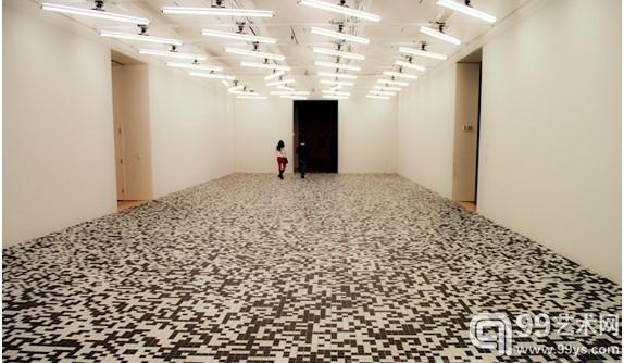 """拉斐尔·洛扎诺-汉默(Rafael Lozano-Hemmer)的灯光装置作品""""Homographies""""以及陶巴·奥尔巴赫(Tauba Auerbach)的作品""""50/50 Floor""""。"""