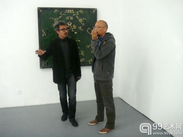 艺术家高伟刚在介绍作品