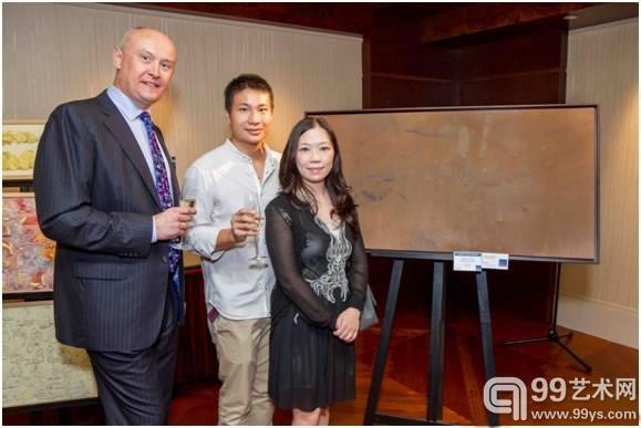 香港年轻艺术家大奖得主 Halley Cheng (中), 亚洲当代艺术展总监 Mark Saunderson 和Ora Ora 画廊的Henrietta Tsui-Leung..jpg