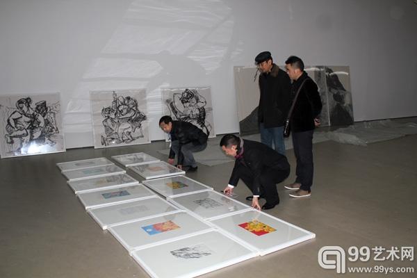 """""""再水墨""""展厅策展人鲁虹与99艺术网CEO杨凯共同布展"""