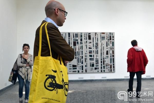 参观者在瑞士展馆参观瓦伦丁·卡伦装置作品