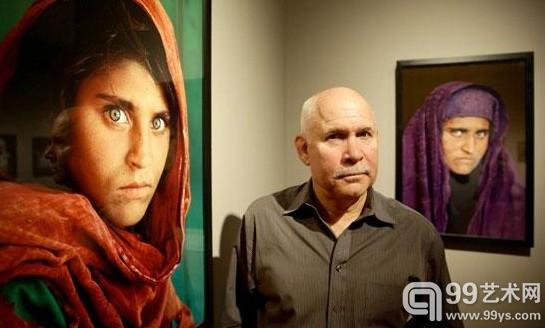 美国摄影师史蒂夫·麦柯里在他的作品《阿富汗少女》旁。