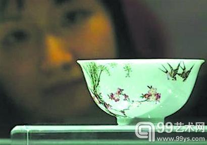 """2006年,在苏富比拍卖会上,张宗宪所藏""""乾隆御制珐琅彩杏林春燕图碗""""以1.5亿港元拍出。二十年前,他以117万港元的价格收进该碗。"""
