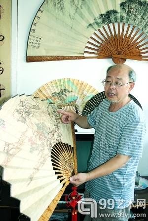 陈子福展示他的折扇作品