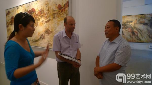 乔万英(右)在开幕现场与国外观众进行交流