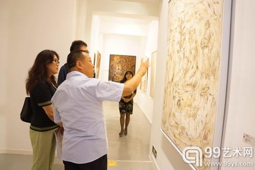 艺术家与友人聊作品
