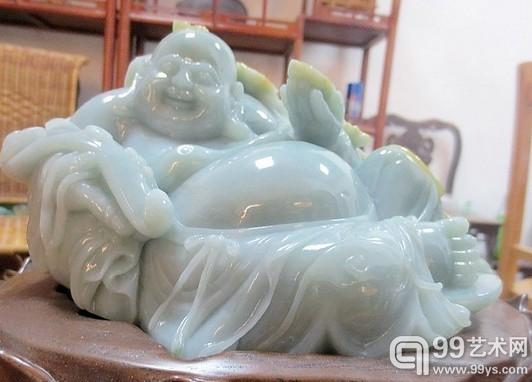 在玉林文化艺术城里,类似这样的佛像藏品到处都是。