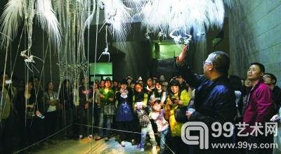 许江为观众讲解参展作品《附生植物的春天》