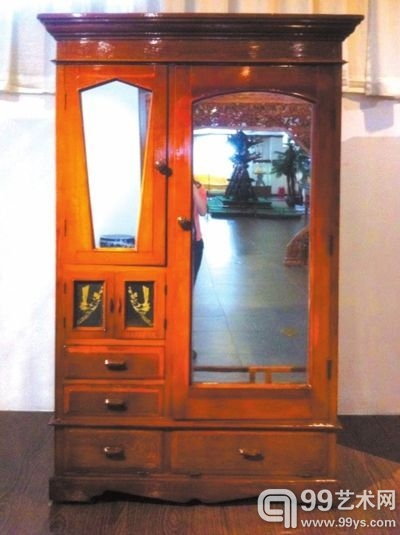 衣柜设计精细,有多个柜门和抽屉。