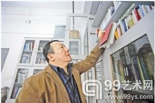 孙振华在整理书籍。
