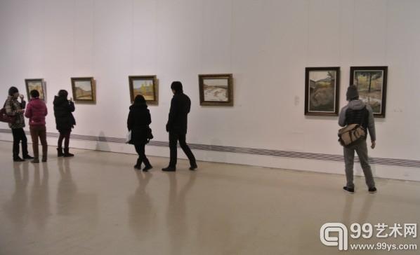 展览现场,观众正在欣赏油画作品。