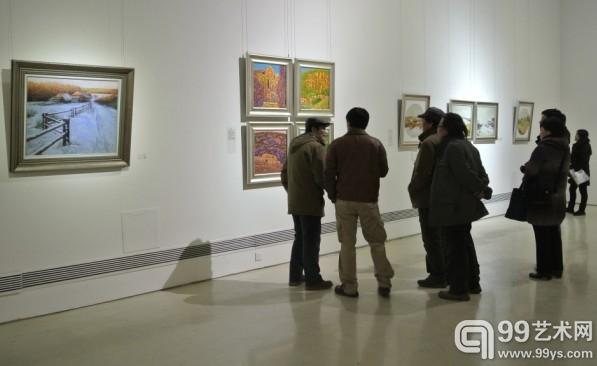 展览现场,艺术家正在介绍风景写生背后的故事。