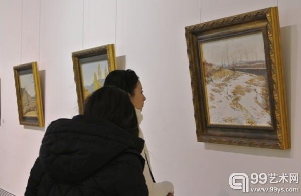 展览现场,艺术爱好者正在仔细欣赏风景作品。