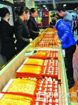 广州市民在黄金饰品柜台挑选。