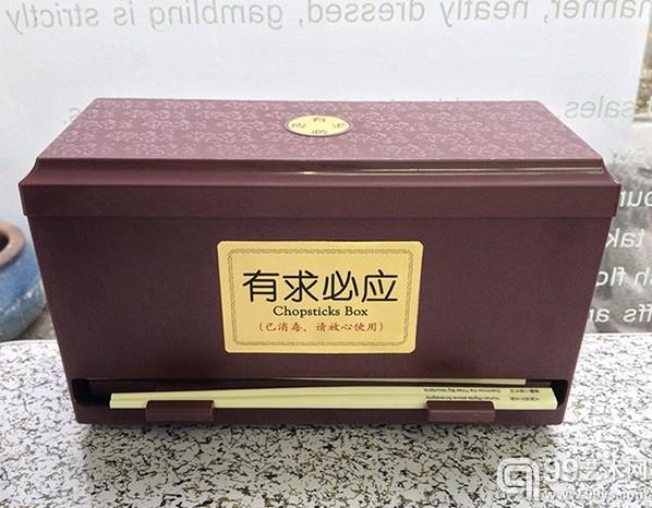 """刘辛夷,""""有求必应""""展览现场,2013,装置,折叠桌,折叠凳,筷子盒,贴纸,筷子,UV打印,尺寸可变。"""