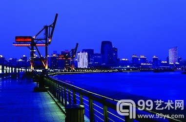 黄浦江边的大吊机,为徐汇滨江增添色彩