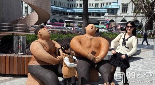 """香港艺术广场举办""""天、地、人""""雕塑展"""
