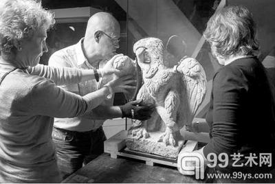 工作人员把鹰雕搬到博物馆准备展出