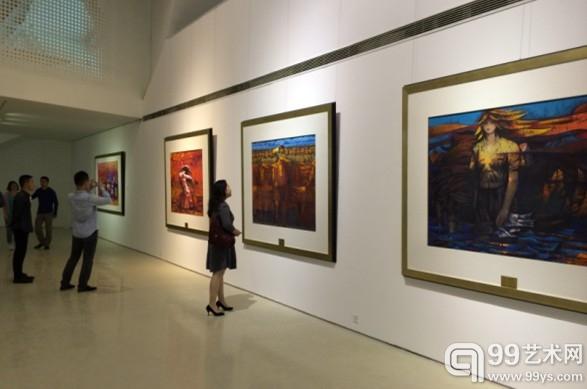 展览现场,观众正在认真欣赏作品。