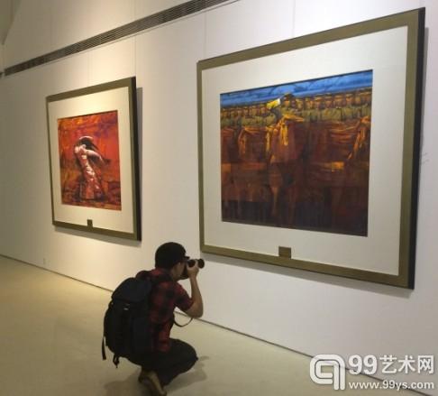展览现场,艺术爱好者正在拍照。