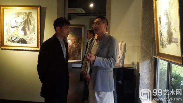 左边:艺术家周俊