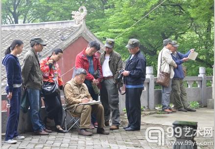 学员们观摩王界山师的写生过程。