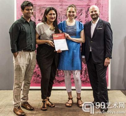 (左起)Experimenter画廊Prateek & Priyanka Raja;Nadia Kaabi-Linke,获奖艺术家;巴塞尔艺术展亚洲总监Magnus Renfrew